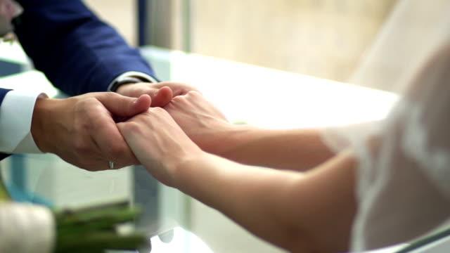 maschio mano stroking donna - mano donna dita unite video stock e b–roll