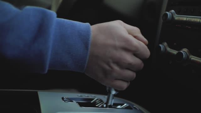 hand växlar växel låda i bilen - växelspak bildbanksvideor och videomaterial från bakom kulisserna