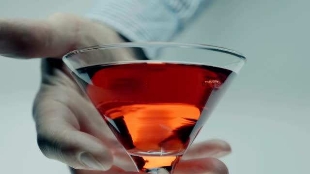 männliche hand nimmt ein glas roten martini (wein, alkoholisches getränk) auf einem weißen - cabernet sauvignon traube stock-videos und b-roll-filmmaterial