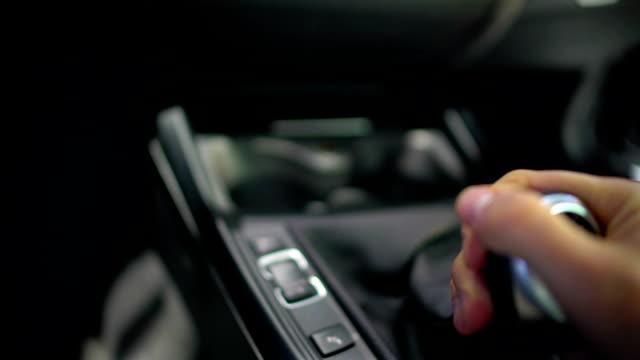manlig hand testa växellåda i bil showroom, provkörning av ny bil, föraren - växelspak bildbanksvideor och videomaterial från bakom kulisserna