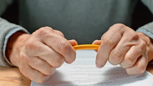 slo mo ld manliga händer att bryta en penna - blyertspenna bildbanksvideor och videomaterial från bakom kulisserna