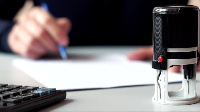 남성 손 서명 및 계약 - stamp 스톡 비디오 및 b-롤 화면