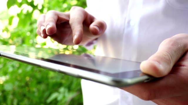 male hands with tablet computer - dijital yerli stok videoları ve detay görüntü çekimi