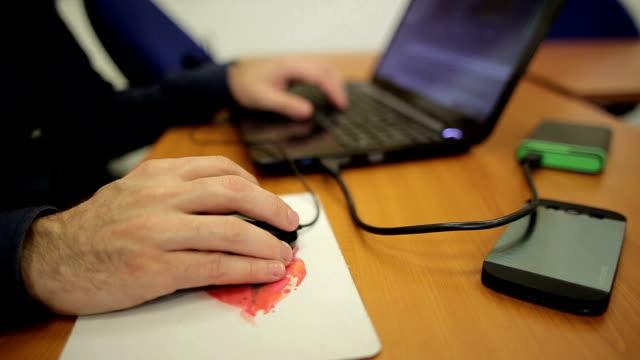 männliche hände auf dem laptop arbeiten - mouse pad stock-videos und b-roll-filmmaterial