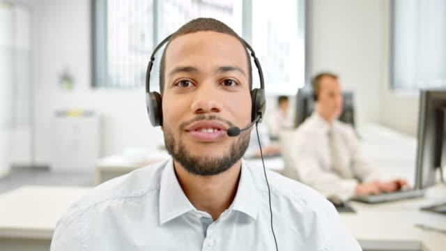 ld mężczyzna infolinia operatora na rozmowy wideo z działem obsługi klienta - słuchawki filmów i materiałów b-roll