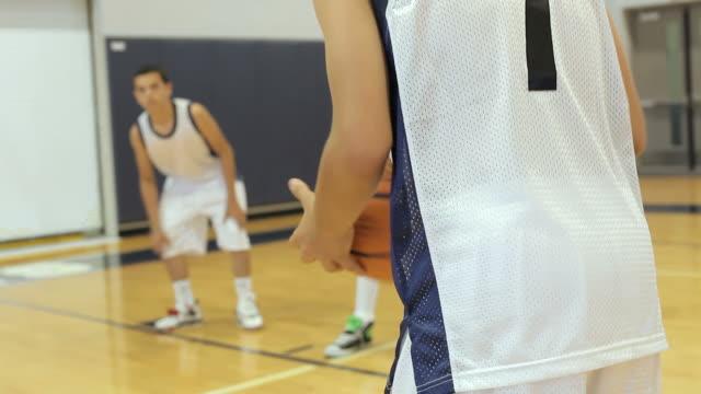 vídeos y material grabado en eventos de stock de macho de high school jugador de baloncesto pena de tiro - deportes de la escuela secundaria