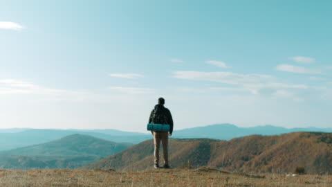 vídeos de stock e filmes b-roll de male hiker on top of the mountain - admirar a vista
