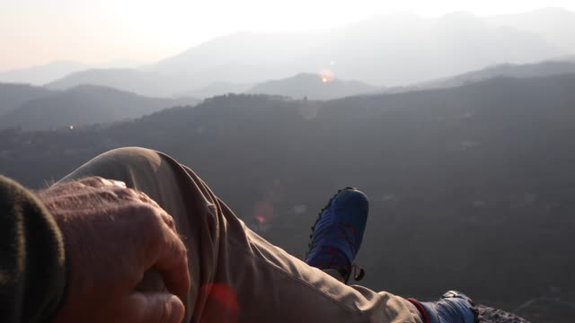 vidéos et rushes de randonneur mâle détend au-dessus des chaînes de montagnes au lever du soleil - un seul homme d'âge mûr