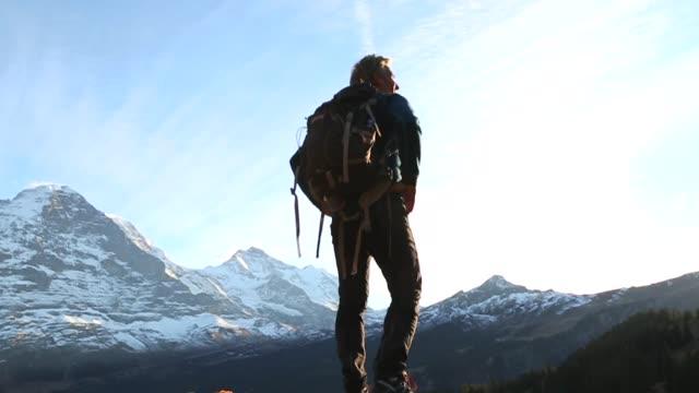 manliga vandrare går mot bergen vid soluppgången - grindelwald bildbanksvideor och videomaterial från bakom kulisserna