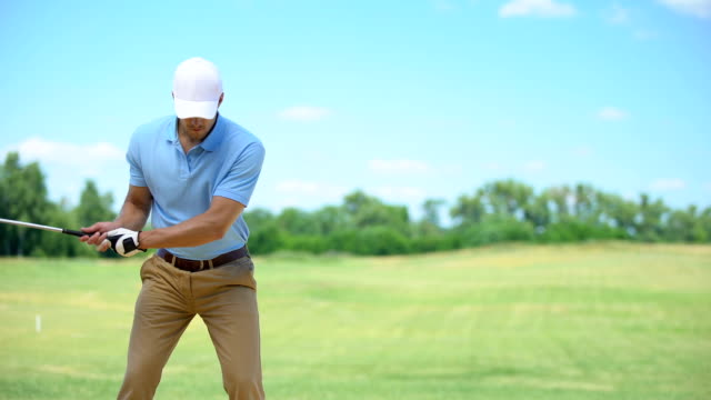 vídeos de stock, filmes e b-roll de macho no sportswear que joga o golfe, espasmo do cotovelo do sentimento, massageando a área dolorosa - ortopedia