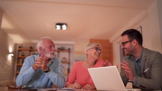 Männliche Versicherungsvertreter Beratung Älteres Paar in ihrem Haus – Video