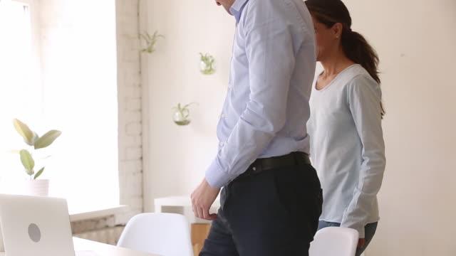 vídeos de stock, filmes e b-roll de segurador masculino que consulta o cliente fêmea na reunião que faz o handshaking do negócio - assistente jurídico
