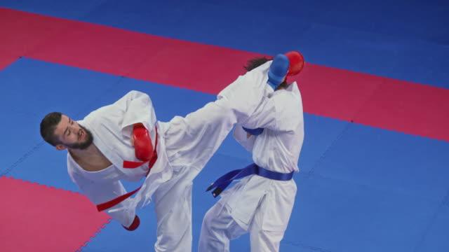 slo mo erkek karateist tatami üzerinde kafasına rakibin tekme - karate stok videoları ve detay görüntü çekimi