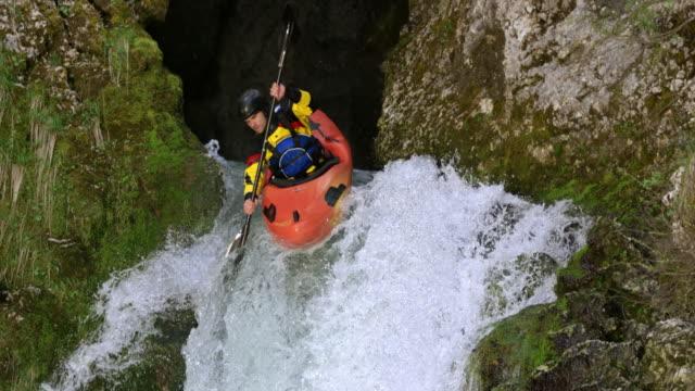 vidéos et rushes de slo mo mâle kayakiste causé lorsque vous descendez la cascade et la tête plongeant directement dans la piscine - kayak