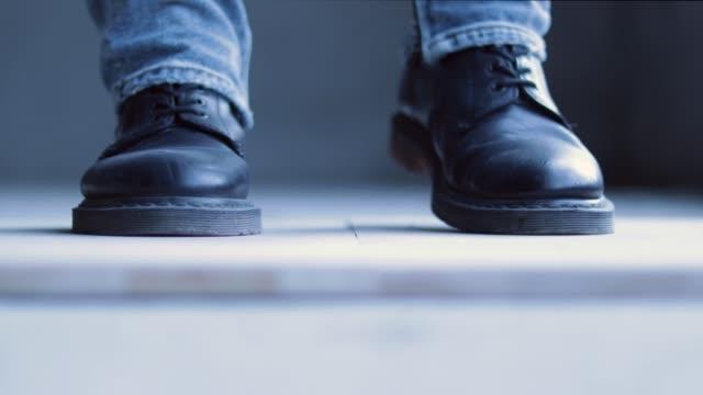 男性の足はステップダンスをノックアウトします。 - ダンススタジオ点の映像素材/bロール