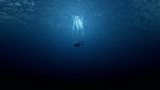 男商人掉進海裡淹死了。金融問題的概念抑鬱中年危機。個人生活的問題,信用奴役,債務抵押貸款。抽象問題的象徵 - 海中 個影片檔及 b 捲影像