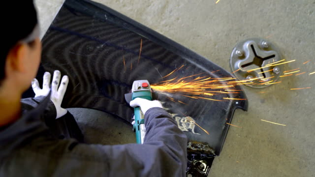 ハンド グラインダーを使用して男性メカニック - 機械工点の映像素材/bロール