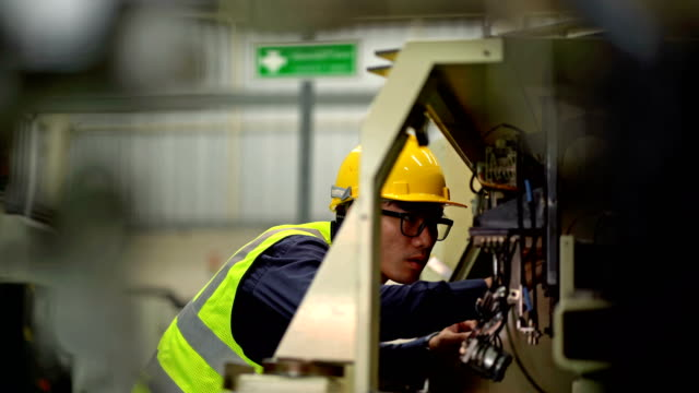 4K Male Mechanical Engineer Maintenance The Machinery 4K Male Mechanical Engineer Repairing The Machinery occupational safety and health stock videos & royalty-free footage