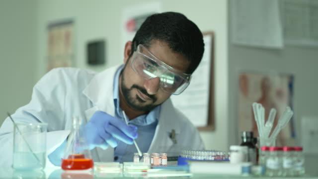 研究室の男性医学研究者 - 研究所点の映像素材/bロール