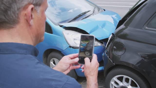 manliga bilisten inblandade i bilolycka ta bild av skador för försäkringskrav - fotografi bild bildbanksvideor och videomaterial från bakom kulisserna