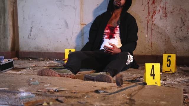 Mannelijk slachtoffer van moord in Vervallen Stedelijke Plaats video
