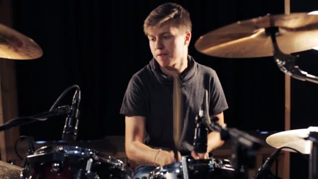 manliga musiker spelar trummor och cymbaler på konsert - trumset bildbanksvideor och videomaterial från bakom kulisserna