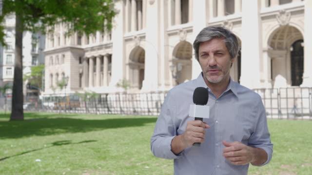 vidéos et rushes de journaliste de nouvelles mâle - interview