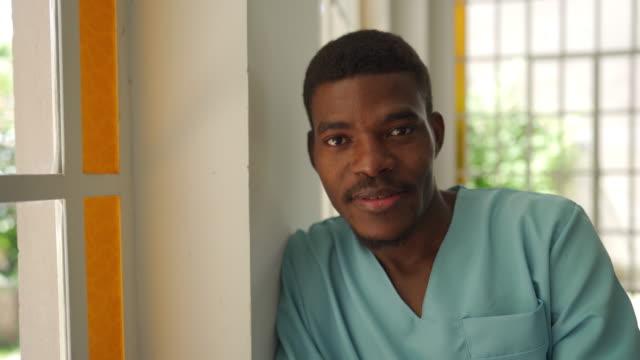 vidéos et rushes de verticale masculine d'infirmière - infirmier