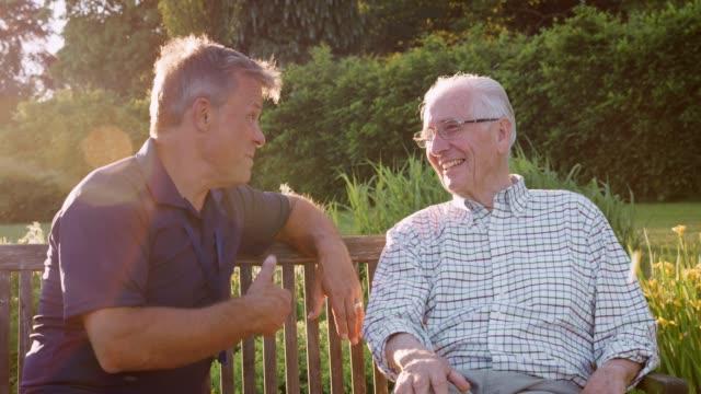 vídeos de stock, filmes e b-roll de enfermeira do sexo masculino, falar com homem sênior no residencial home care - assistência à terceira idade