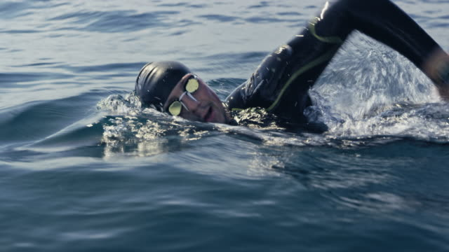 vídeos de stock e filmes b-roll de ts male open water swimmer swimming front crawl - swim arms