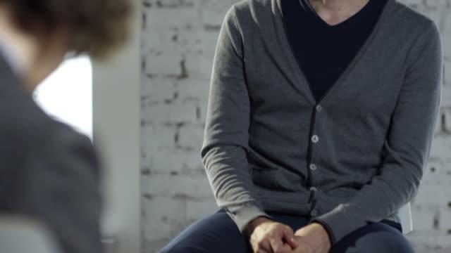 vídeos y material grabado en eventos de stock de paciente masculino en la sesión de psicoterapia - profesional de salud mental