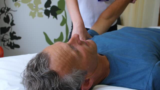 Paciente de sexo masculino de trabajo con Physiotherapist en el Hospital - vídeo