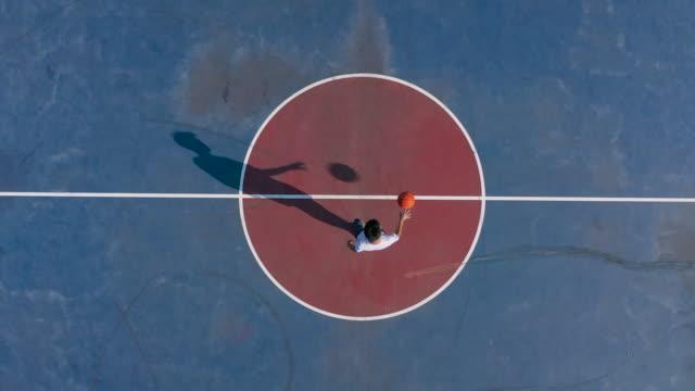 男球員在圓圈中運球 - 高角度觀看 個影片檔及 b 捲影像