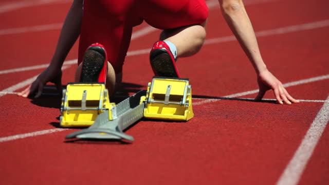 雄ランナー短距離走オフスターティングブロック - 陸上競技点の映像素材/bロール