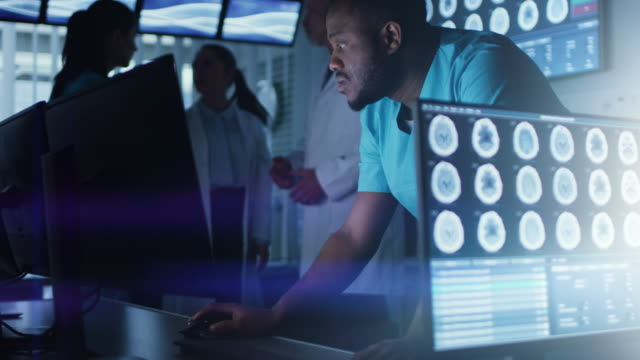 男性の科学/神経が近代的な研究室でのパソコンの作業します。研究の科学者を作る新しい発見科学、神経生理学、神経薬理学の分野で。人間の脳を理解すること。 - 研究所点の映像素材/bロール