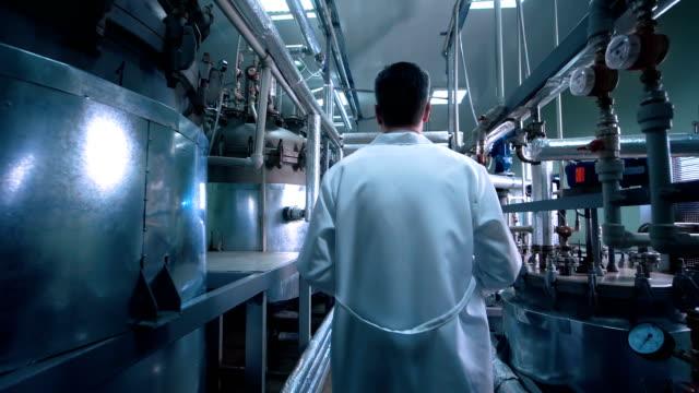 male scientist walking through lab - podążać za czynność ruchowa filmów i materiałów b-roll