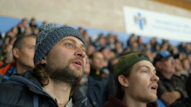 vídeos de stock e filmes b-roll de male scream win goal game hockey fan closeup expressive happy shouting crowd 4k. - adeptos