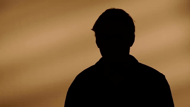 stockvideo's en b-roll-footage met male silhouette calling on the phone - onherkenbaar persoon