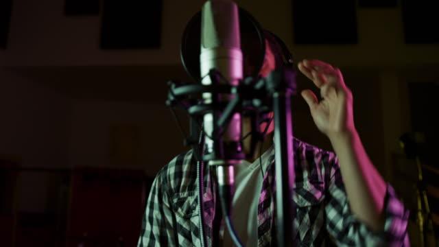 Männliche Sängerin singt in einem Musikstudio – Video