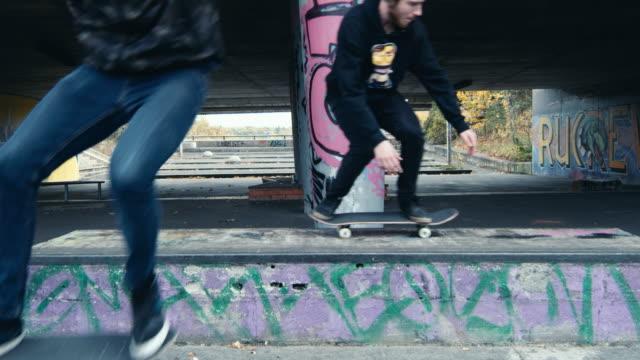 ms 男性スケートボーダー落書き都市スケートパークでスケート ボード - street graffiti点の映像素材/bロール