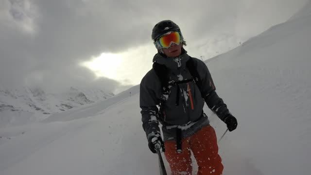 pov von männlichen skifahrer pulver schneehang absteigend - eskapismus stock-videos und b-roll-filmmaterial