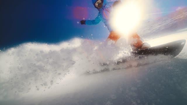 speed ramp manlig snowboardåkare ridning genom pulver och stänk kamera linsen - vintersport bildbanksvideor och videomaterial från bakom kulisserna