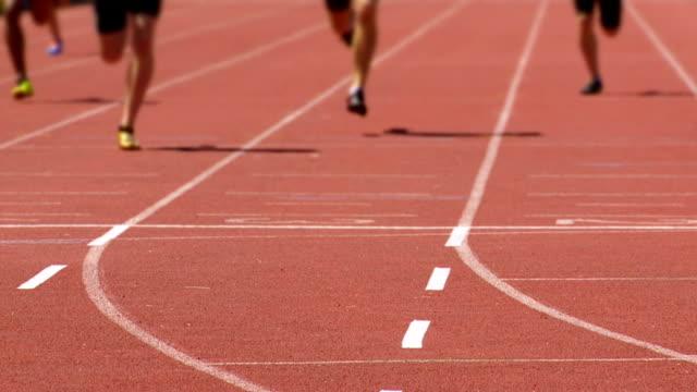 vídeos y material grabado en eventos de stock de macho sprinters en el finish line cámara lenta - meta