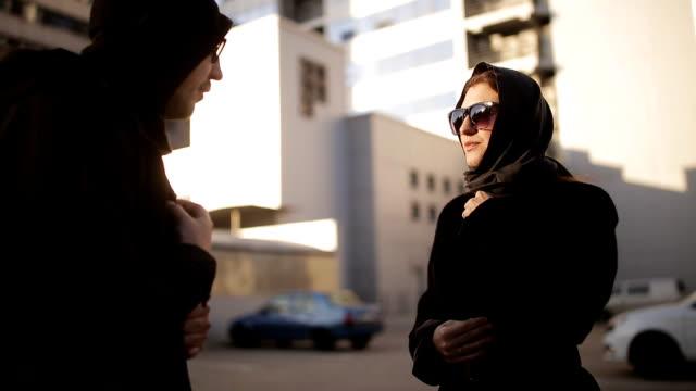 男性スパイは、お金の封筒を受け取る代わりに、女性に秘密文書を送信します。産業スパイ。外国人のエージェントの仕事。 - クラシファイド広告点の映像素材/bロール