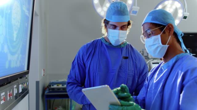 男性外科醫生討論 x 光報告4k - surgeon 個影片檔及 b 捲影像