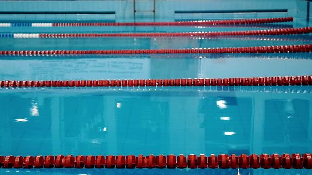 男性水泳スイミング プールでジャンプ - 筋肉質点の映像素材/bロール