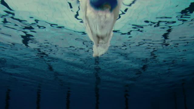 vídeos de stock e filmes b-roll de nadador masculino saltar na piscina - jump pool, swimmer