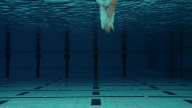 mann schwimmer springen in pool - sprung wassersport stock-videos und b-roll-filmmaterial