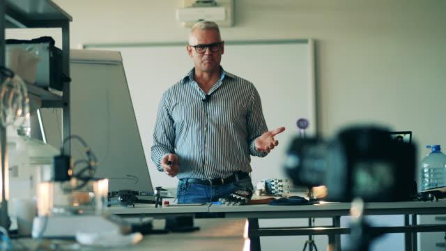 учитель-мужчина в настоящее время возбужденных при наличии онлайн-урок. он-лайн класс, дистанционное изучение концепции. - дистанционный стоковые видео и кадры b-roll