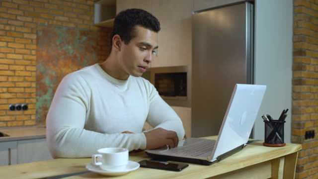 vídeos de stock e filmes b-roll de male teacher talking to student by laptop application, online speech therapy - terapia alternativa